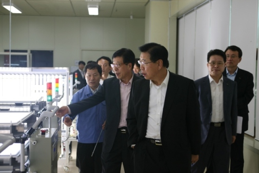 The chairman of POSCO, Mr. Chung, visits POSCO LED manufacturing plant in Pohang