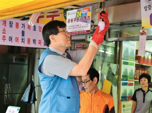 volunteering to replace the traditional lamps with POSCO LED's lamps in the market